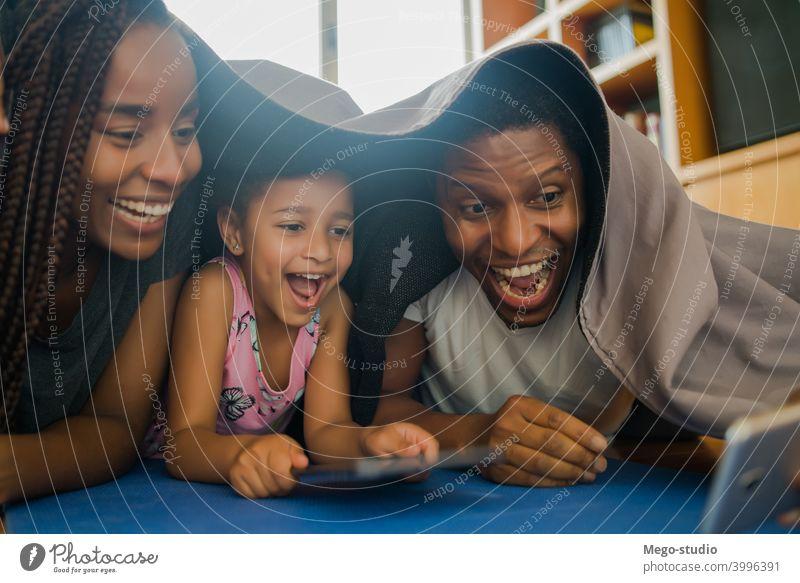 Familie macht ein Selfie mit Telefon. Mobile heimwärts Lifestyle im Innenbereich Handy Kindererziehung Partnerschaft Papi niedlich Mutter Tochter zu Hause