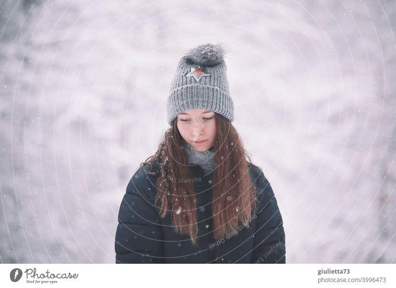 Porträt eines Teenager Mädchens im Winter, traurig, allein, hoffnungslos Frau Liebe Zukunft Pubertät Junge Frau 1 Jugendliche Mensch 13-18 Jahre langhaarig
