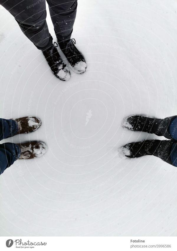 An einem Tag im Schnee haben 3 Paar Schuhe und deren Besitzer sehr viel Spaß gehabt. Winter kalt frostig Frost geschlossene Schneedecke Eis Außenaufnahme weiß
