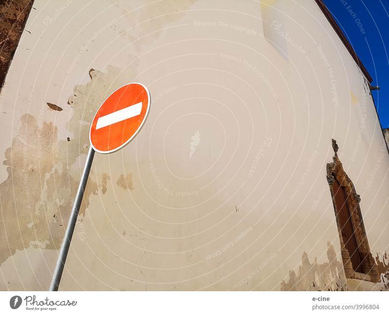 Keine Einfahrt an der Kirche von Silves, Portugal Durchgang gesperrt Durchgang verboten Schilder & Markierungen Verbote Kirchenfenster Kirchenverbot Wand rot