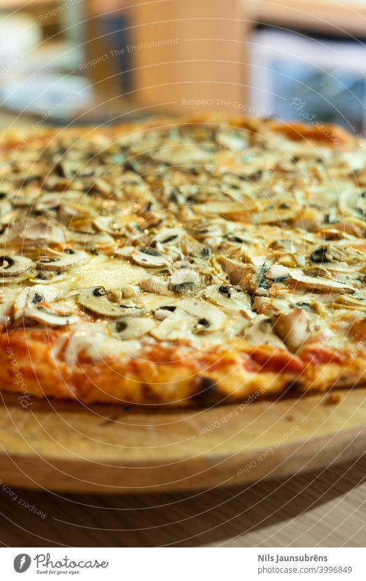 italienische Pizza mit Holzplatte auf Bartheke gebacken Theke Cheddar Käse Klassik Nahaufnahme gekocht Abfertigungsschalter Kruste Küche lecker Abendessen