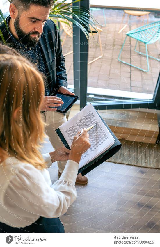Geschäftsleute bei einem informellen Arbeitstreffen Mitarbeiter Arbeitsteam Überprüfung von Dokumente Unternehmenskonten Auftrag Draufsicht Teamwork