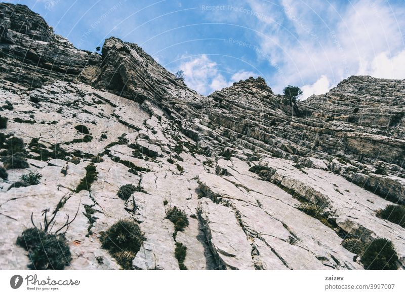 bewölkter tag in den bergen des naturparks der häfen, in tarragona (spanien). angefressen mehrschichtig Fotografie Schlucht Natur im Freien Reiseziele