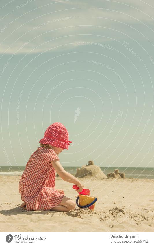 Summertime Freude Spielen Kinderspiel Ferien & Urlaub & Reisen Tourismus Sommer Sommerurlaub Sonne Strand Meer Mädchen Kindheit Leben 3-8 Jahre Sand
