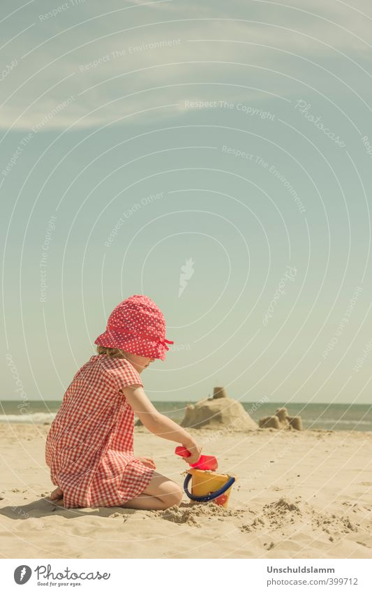 Summertime Kind Ferien & Urlaub & Reisen Sommer Sonne Meer rot Mädchen Freude Strand Leben Spielen Glück Sand hell Freizeit & Hobby Kindheit