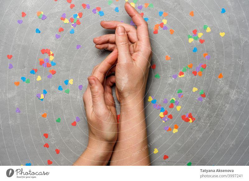 Hände mit regenbogenfarbenen Herzen Valentinsgruß Liebe Regenbogen Gleichstellung Stolz lgbt Homosexualität lesbisch schwul Konzept Symbol Gemeinschaft Fahne