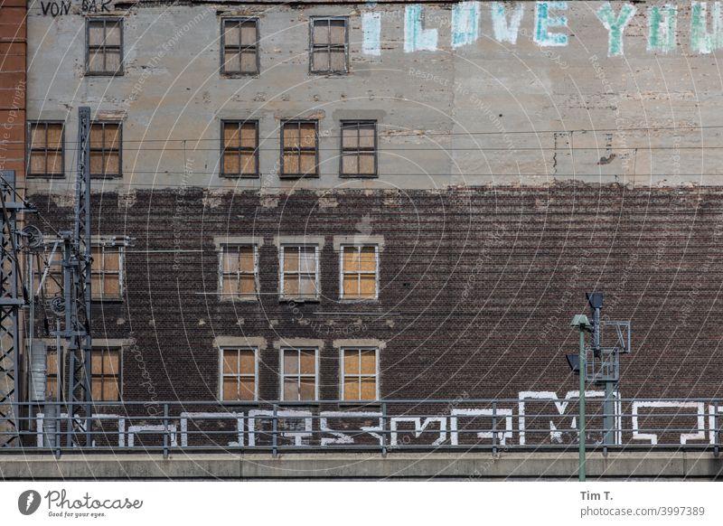 eine Fassade mit zugenagelten Fenstern und Graffiti in Berlin Friedrichshain Hauptstadt Haus Außenaufnahme Gebäude Stadtzentrum Altbau Architektur Tag Bauwerk