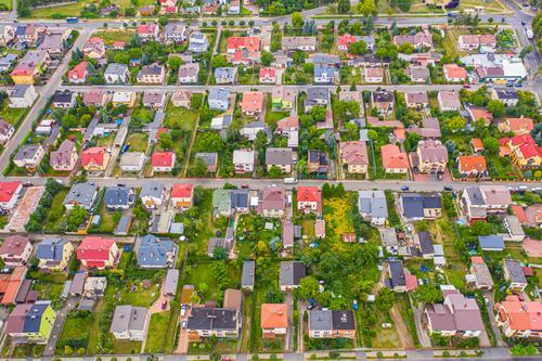 Nachbarschaft mit Wohnhäusern und Zufahrten, Raumordnungskonzept Anwesen wohnbedingt Viertel Antenne Haus Land Hintergrund Umfrage Vermesser verwenden Ansicht