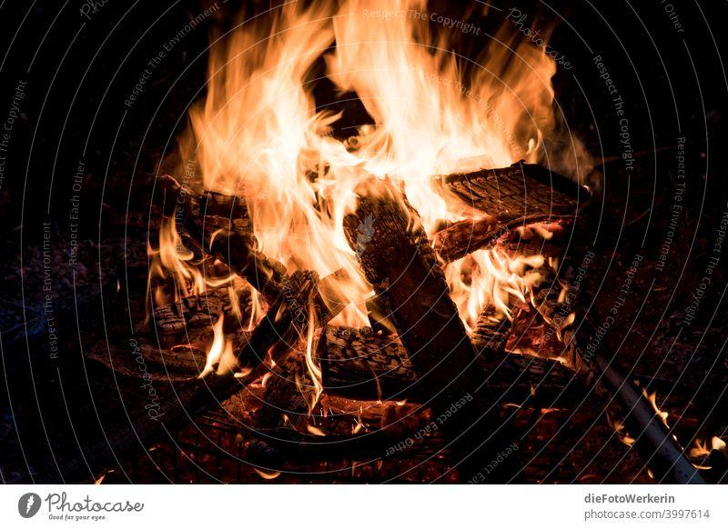 Brennendes Lagerfeuer Dunkel Farben Feuer Fotografie Inhalt Natur braun schwarz Nacht Licht gelb brennen heiß Wärme orange Feuerstelle Menschenleer Glut Holz