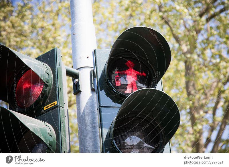 Stehenbleiben - rotes Grubenmännchen auf einer Ampel Bergbau Farben Fotografie Ungesättigt grau Farbfoto Außenaufnahme Tag Menschenleer Verkehr Verkehrszeichen