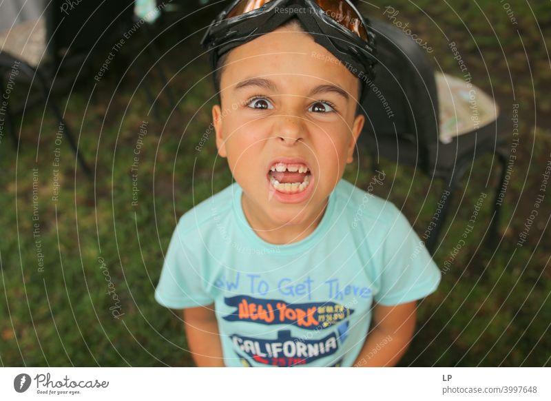 Wütendes Kind zeigt Zähne in die Kamera Blick in die Kamera Vorderansicht Oberkörper Porträt Zahnarzt selbstbewußt Euphorie Vorfreude Lebensfreude Stimmung