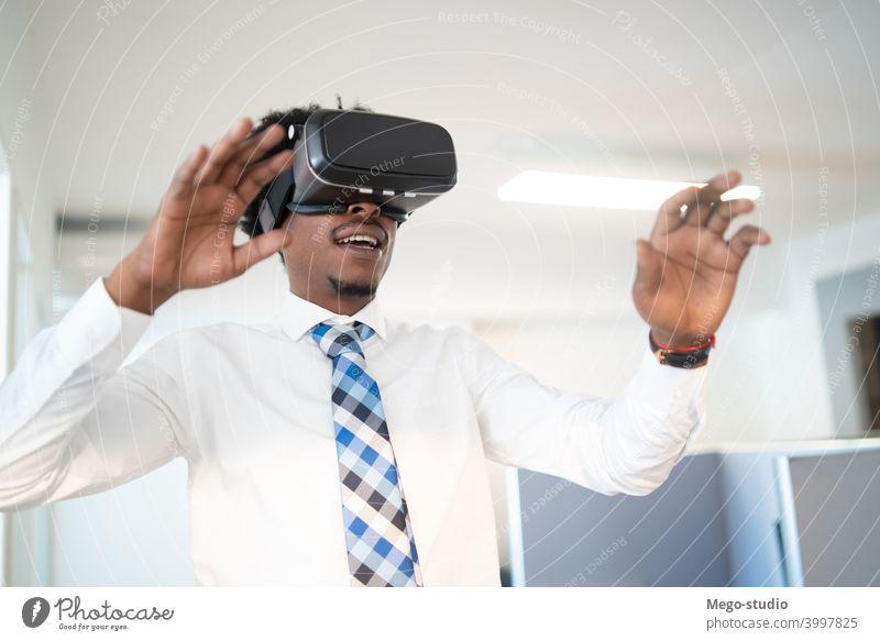 Geschäftsmann mit VR-Brille. virtuell Realität Headset Konzept im Innenbereich Entertainment Gerät Simulation elektronisch Job Arbeit Unternehmen Arbeitsplatz