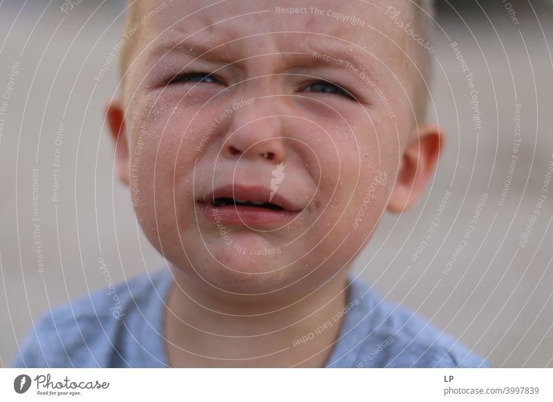 weinendes Kind Kindheit Einfühlungsvermögen Herausforderung Bedarf Vernachlässigung Umgang mit sozialer Distanzierung Bewältigung Pflege beruhigend