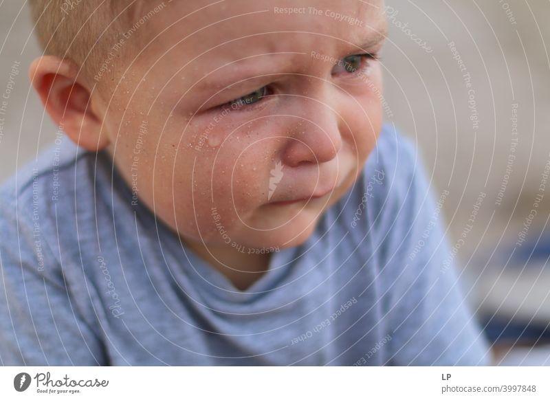 weinendes Kind Reue Sehnsucht Enttäuschung Traurigkeit abstrakt widersprüchlich Beginn Erschöpfung Einsamkeit Unlust Heimweh Kindererziehung Bildung Mensch