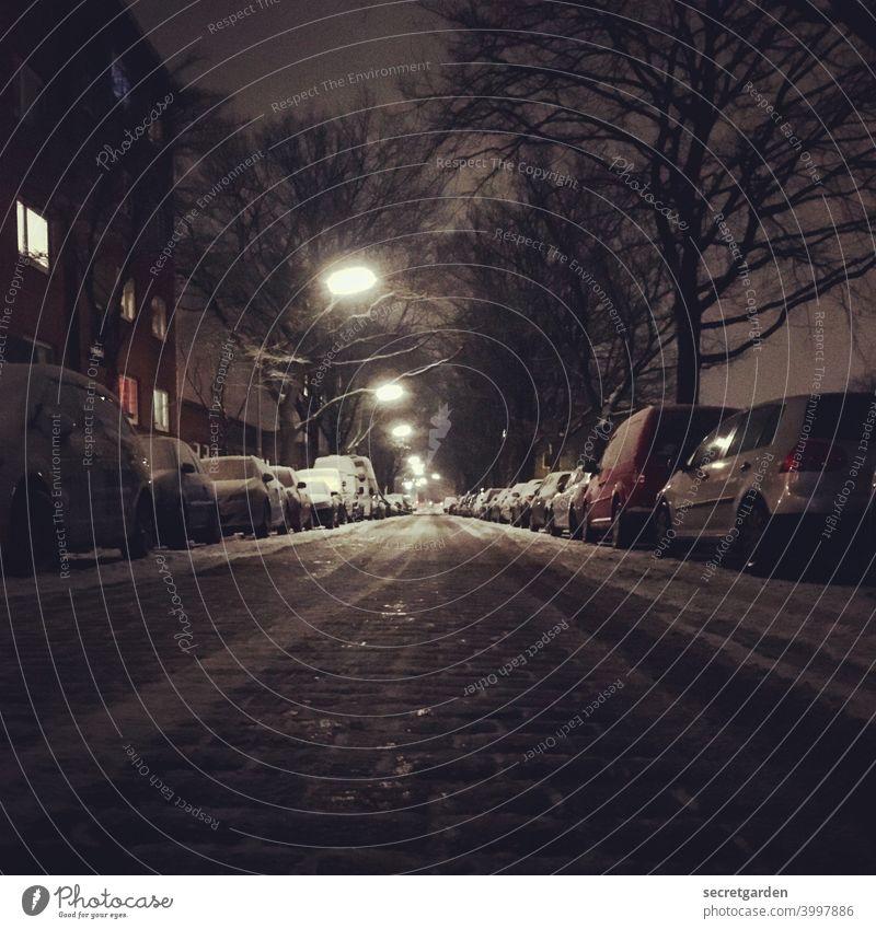 Parkplatzsuche Straße Straßenbeleuchtung Straßenbelag Straßenfotografie Auto Wagen parken Winter nachts Verkehrswege Menschenleer Außenaufnahme Farbfoto