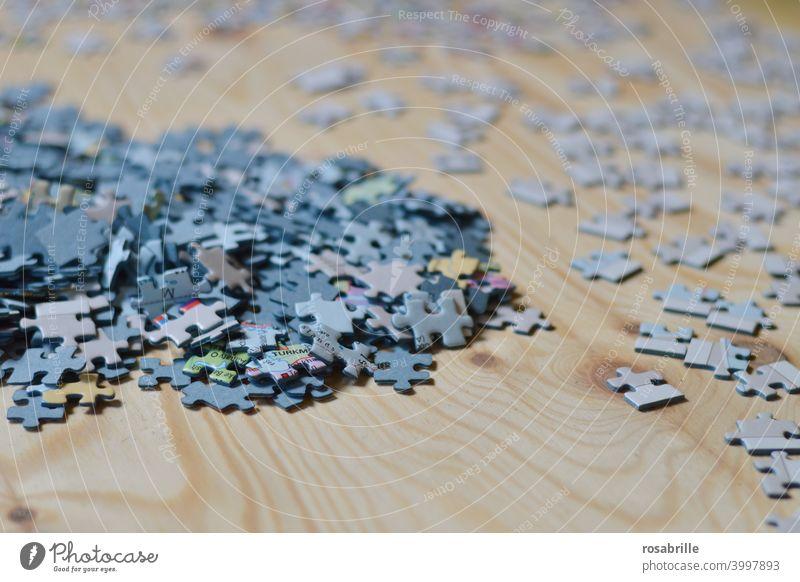 Ordnung im Chaos | sortierte Puzzlestücke puzzeln Haufen zusammensetzen Spiel Puzzlespiel sortieren System systematisch planen durcheinander chaotisch ordnen