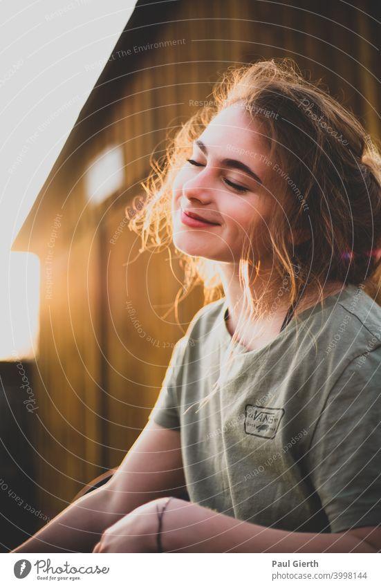 schöne junge Frau grinsend im Gegenlicht fotografiert Fröhlichkeit froh lachen Glück frau portrait Gesicht Tiefenunschärfe Haare & Frisuren Junge Frau Mund