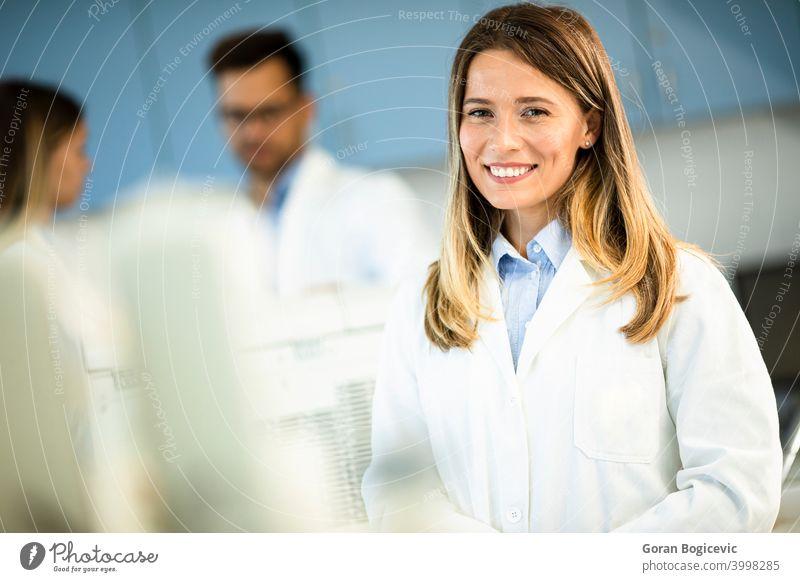 Weibliche Wissenschaftlerin im weißen Laborkittel steht im biomedizinischen Labor Frau forschen professionell Arbeiter Biologie Techniker Mantel Biotechnologie