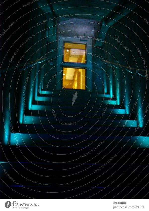 Upstairs erleuchten Licht schwarz dunkel Architektur blau Treppe