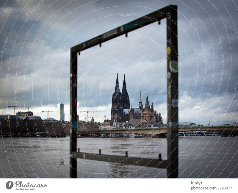 eingerahmter Kölner Dom . Rhein bei Hochwasser zentral Rheinhochwasser dramatischer himmel Wahrzeichen Sehenswürdigkeit Fluss Stadtzentrum Brücke Durchblick
