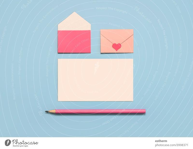 Happy Valentine's Day.Papierumschläge mit weißer Karte und rosa Bleistift Valentinstag Liebe Herz Valentinshintergrund copyspace lieblich Ich liebe dich
