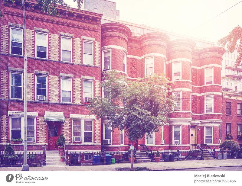 Retro getöntes Bild von Stadthäusern in Brooklyn New York, USA. New York State Stadthaus Straße Großstadt Haus Gebäude Appartement retro altehrwürdig Fenster