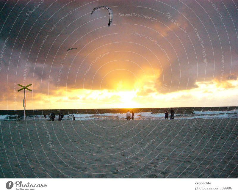 Kiter Kiting Strand Sonnenuntergang dunkel gelb schwarz Sport Spielen Drache Abend Boarder Mensch Sand hell orange Rücken