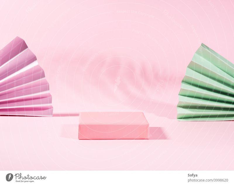 Geometrisches rosafarbenes Standpodest zur Produktpräsentation mit Schatten Anzeige Podium Hintergrund stehen Sockel leer Attrappe Symmetrie Schönheit abstrakt