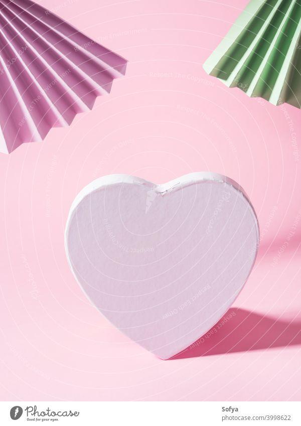 Geometrische rosa Hintergrund mit Papier Fans und leere weiße Herzform Liebe Valentinsgruß Tag Text blanko Einladung Geometrie Feiertag Anzeige hell Attrappe