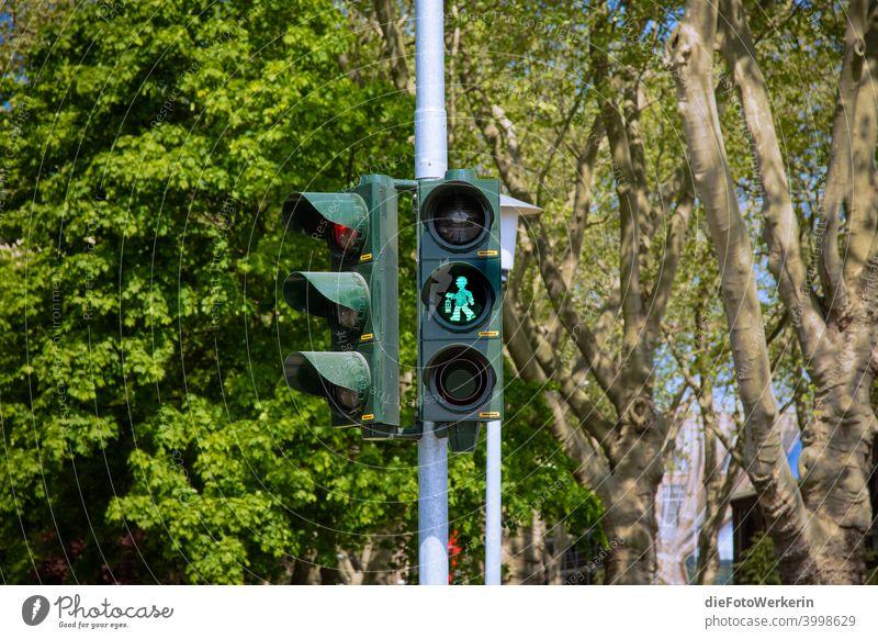 Gehen - grünes Grubenmännchen auf einer Ampel Bergbau Farben grau Außenaufnahme Farbfoto Tag Menschenleer Stadt Straße Verkehrswege Straßenkreuzung
