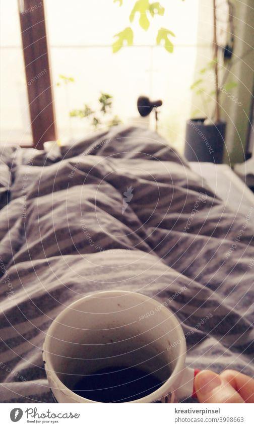 Kaffee im Bett Koffein Tasse trinken Morgen Lebensmittel Getränk Espresso Kaffeepause Frühstück Bohnen Frühstückspause Café kaffee trinken Bettdecke