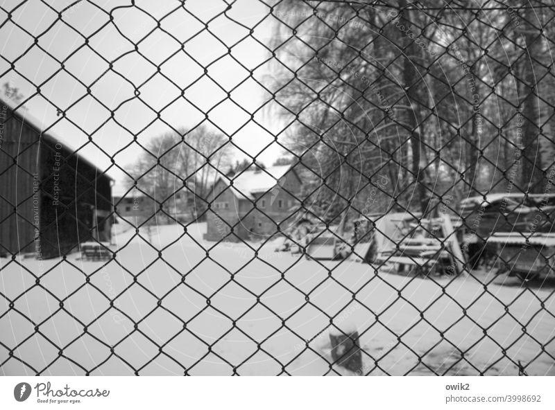 Sicher verpackt Maschendraht Maschendrahtzaun Barriere Schwarzweißfoto Schwache Tiefenschärfe trist Menschenleer Außenaufnahme abgesperrt verlassen Konkurs