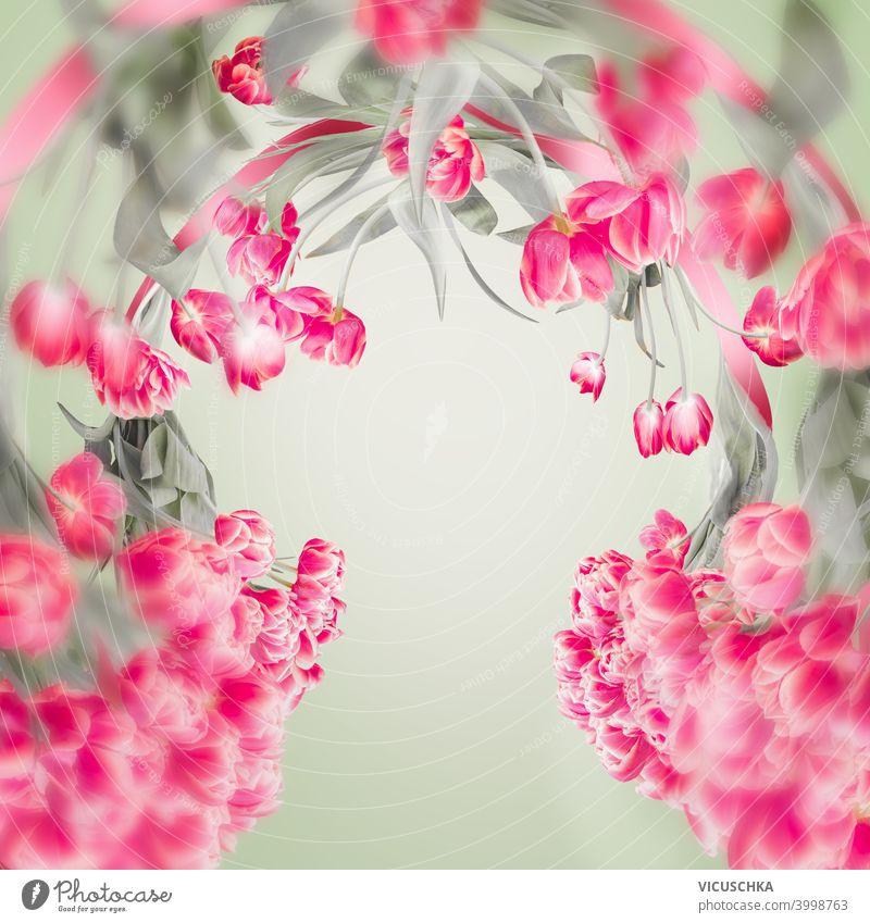 Schöner Tulpenrahmen mit Kopierraum für Ihr Design. Rosa Tulpen Blumen auf hellgrün. Frühlingshafter Hintergrund schön Rahmen Textfreiraum rosa Licht romantisch