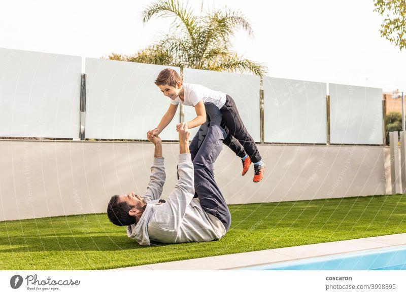 Vater und Sohn bei der Übung in ihrem Hausgarten aktiv Aktivität Gleichgewicht Ausgewogenheit Junge sorgenfrei führen heiter Kind Kindheit Kinder niedlich Tag