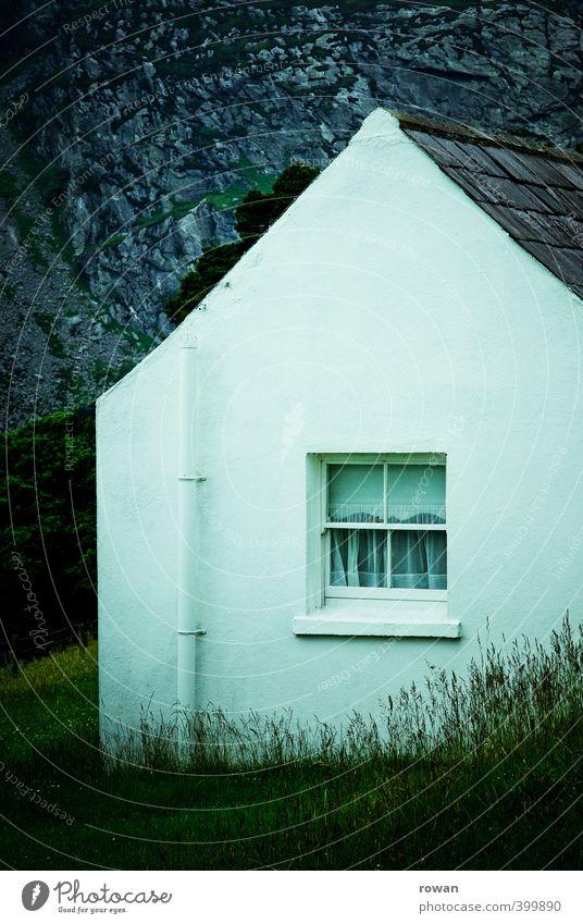haus Haus Einfamilienhaus Hütte Bauwerk Gebäude Architektur Mauer Wand Fassade Fenster Dach alt klein Berge u. Gebirge Felsen Gras Sträucher grün Vorhang