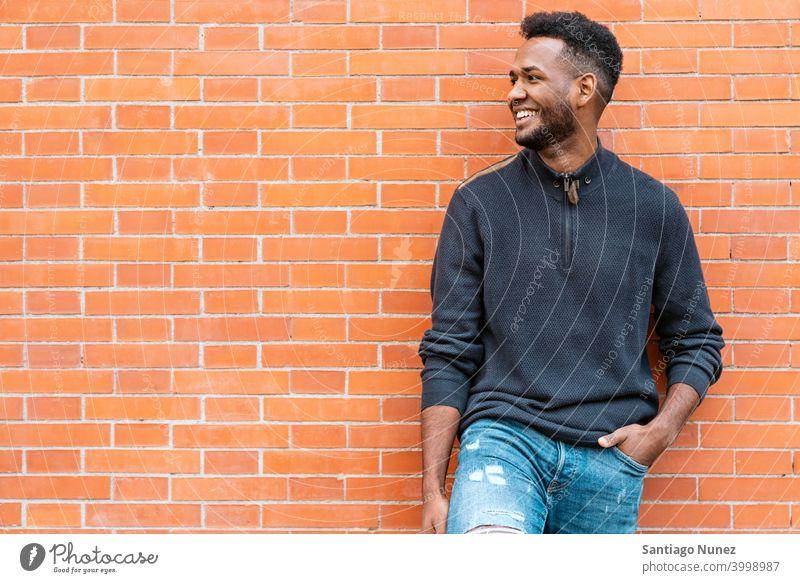 Porträt von Happy of Black Man Vorderansicht schwarz Afro-Look Afroamerikaner eine Person Straße außerhalb Pose Lächeln Spaß Aussehen Blick posierend
