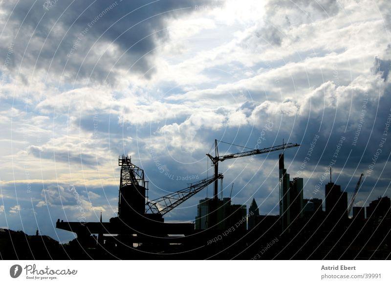 Frankfurt Baustelle Himmel Stadt Wolken Wetter Hochhaus Industrie Skyline Gewitter Frankfurt am Main bauen Kran Baukran
