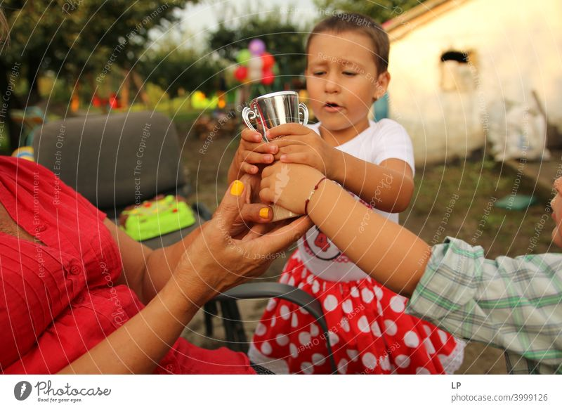 kämpfende Kinder um einen Preis gewinnt Gewinn Gewinner Preisverleihung Erfolg Pokalwettbewerb Pokalspiel triumphal festhalten Ziel zielstrebig Zielerreichung