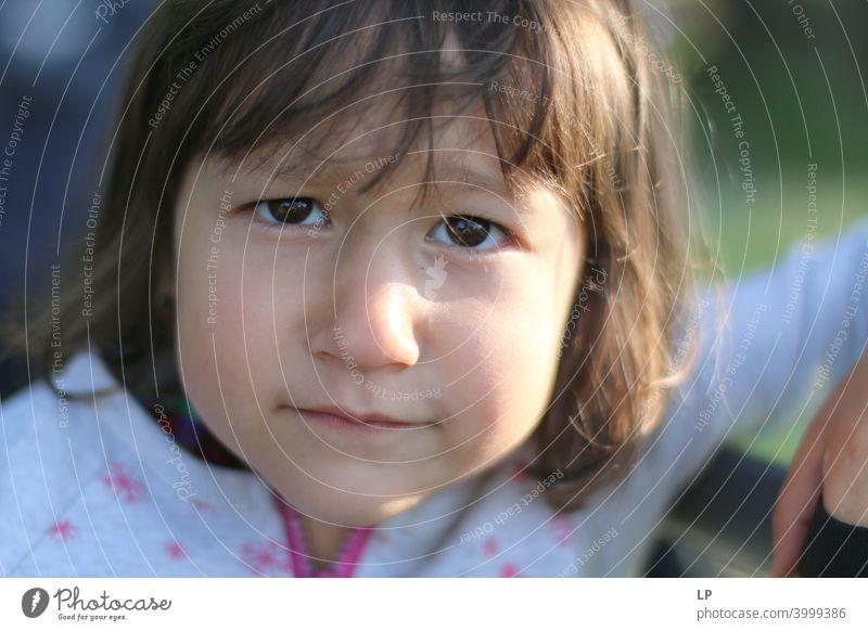 Gesicht eines schönen Kindes, das skeptisch in die Kamera schaut Würde Hemmung Sorge Sehnsucht Enttäuschung Erschöpfung Unlust schuldig Scham Angst Müdigkeit
