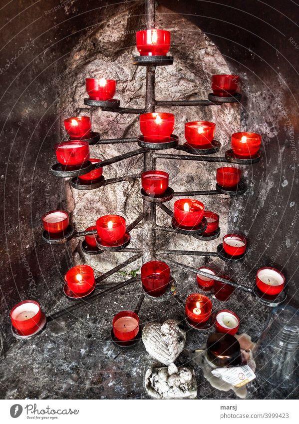 Erwärmender Gedenk-Kerzenbaum in kalter Felsennische Kerzenschein Kerzenaltar Glaube Religion & Glaube beten Trauer Kirche Hoffnung Spiritualität glauben Tod