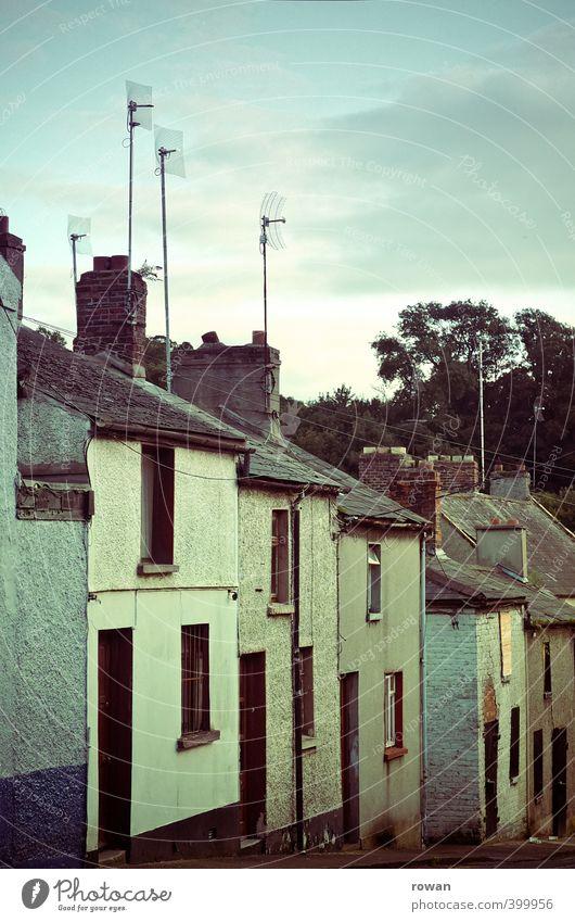 hausreihe alt Stadt Haus dunkel Fenster kalt Straße Gebäude klein Fassade Tür Häusliches Leben trist kaputt retro Dorf
