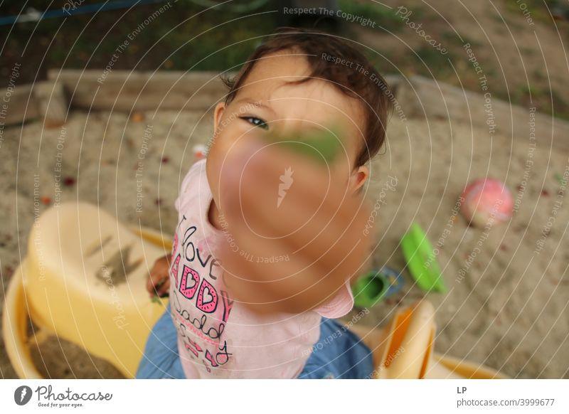 Kind mit erhobener Hand, das etwas hält und verschenkt Handfläche Einfühlungsvermögen Gefühle Herausforderung Bedarf beruhigend Vernachlässigung