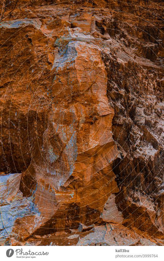 Natürlicher Hintergrund aus brauner weißer zerkratzter Steinwand natürlich gekratzt Steinmauer Steinbruch voller Rahmen Vorlage Textfreiraum abstrakt