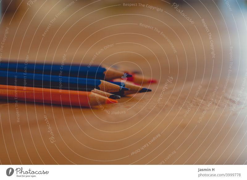 Buntstift auf Holztisch 3 Buntstifte malen Kreativität bunt Kunst Freizeit & Hobby mehrfarbig zeichnen Schreibwaren Kindheit Farbfoto Innenaufnahme Kindergarten