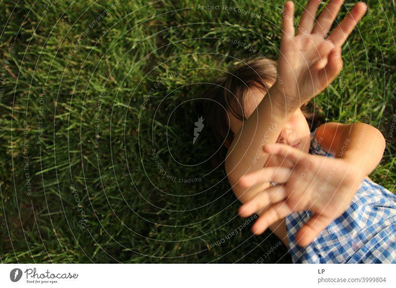 Kind hält die Arme und Handflächen gegen die Kamera Einfühlungsvermögen Gefühle Herausforderung Bedarf beruhigend Vernachlässigung
