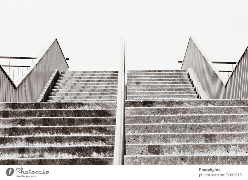 Treppe geteilt durch Metallstange Stufen Himmel Architektur aufwärts Treppengeländer Geländer abwärts Menschenleer aufsteigen stufen Abstieg schwarz weiß grau