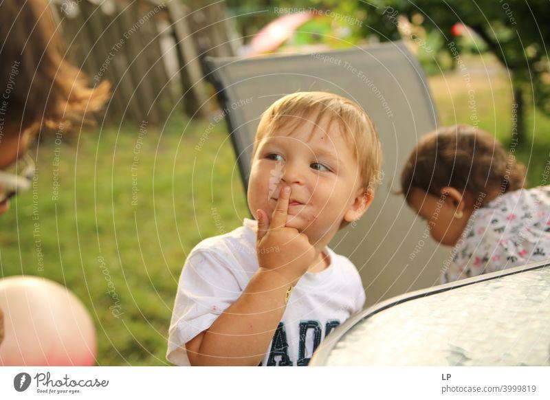 Kind malt ein lustiges Gesicht Partnerschaft Erholung überraschend überrascht urkomisch urkomisches Gesicht Mitteilung Körpersprache Witze Komiker amüsant