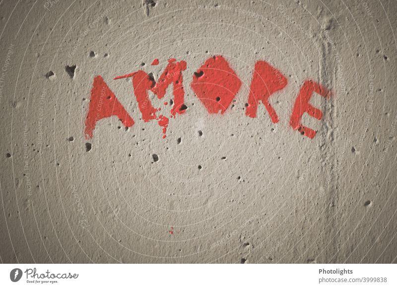 Auf einer Wand steht das Wort Amore geschrieben Liebe Rot Graffiti Farbfoto Außenaufnahme Mauer Verliebtheit Gefühle Romantik Menschenleer Herz Zeichen