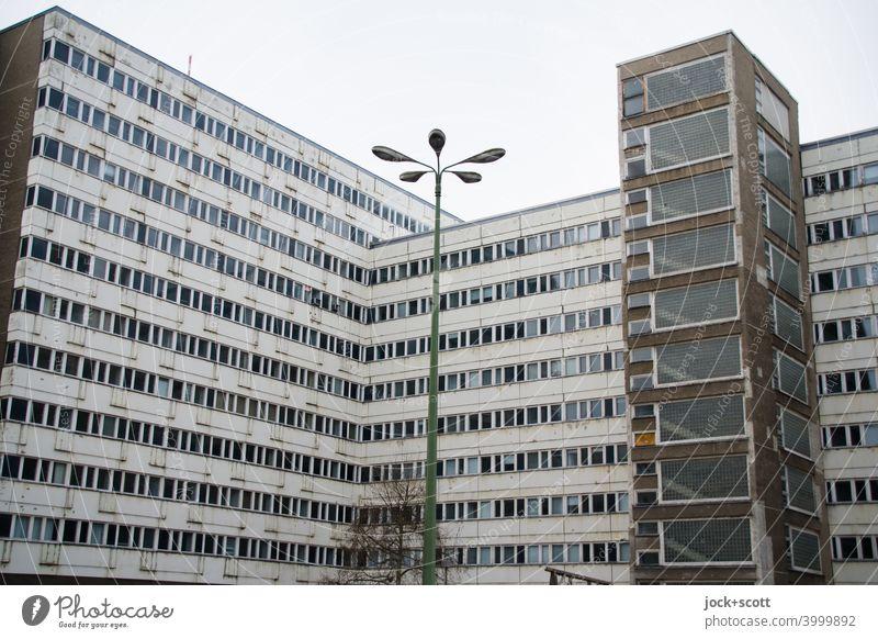 Rückseite vom Haus der Statistik Fassade Berlin-Mitte Nachkriegsmoderne DDR Ostalgie retro Bürogebäude Stil Tristesse Silhouette Hintergrund neutral