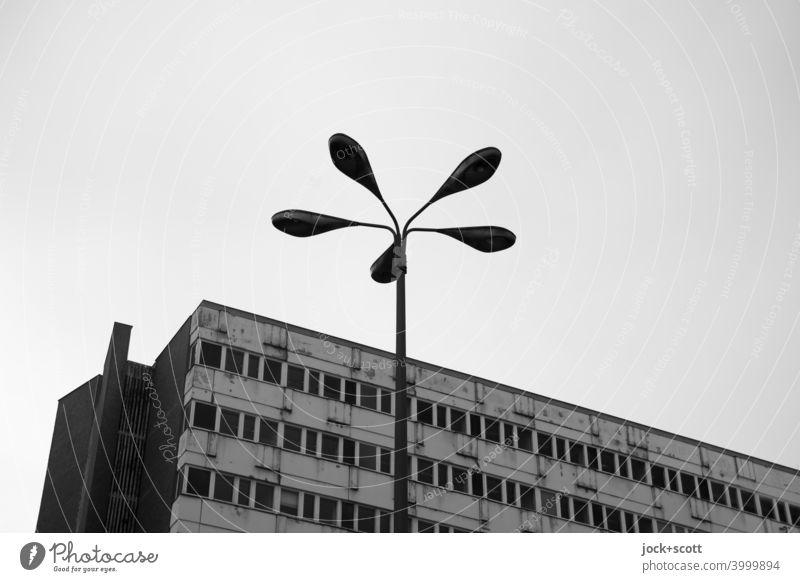 Laterne am grauen verlassen Haus Fassade Berlin-Mitte Nachkriegsmoderne DDR Ostalgie retro Bürogebäude Stil Tristesse Silhouette Hintergrund neutral